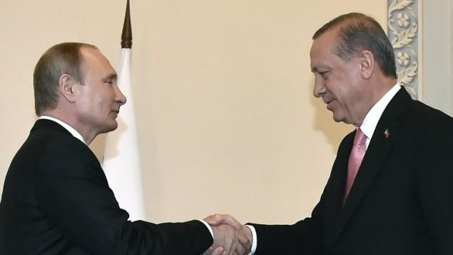الرئيس الروسي فلاديمير بوتين يصافح نظيره التركي رجب طيب اردوغان في سنات بطسبرغ، 9 اغسطس 2016 (AFP Photo/Alexander Nemenov)