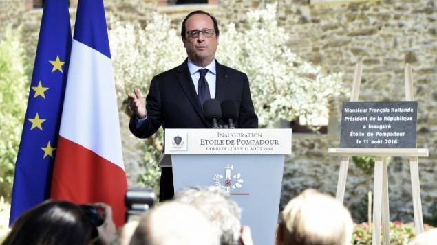 الرئيس الفرنسي فرانسوا هولاند خلال تدشين مستثمرين لبنانيين فندقا فخما في ارنا بومبادور بوسط فرنسا، 11 اغسطس 2016 (MEHDI FEDOUACH / AFP)