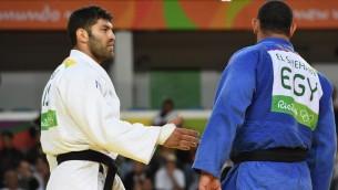 لاعب الجودو المصري اسلام الشهابي (ازرق) يرفض مصافحة منافسه الإسرائيلي اور ساسون بعد هزيمته، في العاب ريو الاومبية 2016، 12 اغسطس 2016 (AFP/Toshifumi Kitamura)