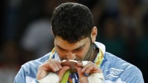 أور ساسون، الحائز على الميدالية البرونزية، يحتفل على منصة التتويج في منافسات الجود لوزن أكثر من 100 كيلوغرام في الألعاب الأولمبية في ريو دي جانيرو، البرازيل، 12 أغسطس، 2016. (AFP/Jack Guez)