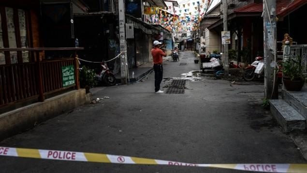 رجل يلتقط صورا لموقع تفجيران وقعا في 11 اغسطس في بلدة هوا هين السياحية في تايلاند، 13 اغسطس 2016 (LILLIAN SUWANRUMPHA / AFP)