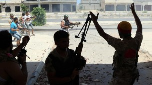 قوات موالية للحكومة الليبية المعترف بها من قبل الأمم المتحدة خلال القتال مع مقاتلي تنظيم الدولة الإسلامية في سرت، 14 أغسطس 2016 (MAHMUD TURKIA / AFP)