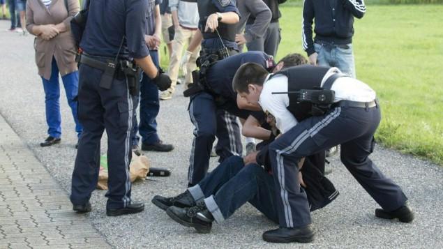 عناصر شرطة نمساوية يعتقلون رجل الماني مختل عقليا طعن شخصيا على متن قطار، 16 اغسطس 2016 (DIETMAR MATHIS / APA / AFP)