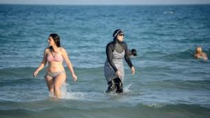 صورة توضيحية لامرأة ترتدي البوركيني في تونس، 16 اغسطس 2016 (FETHI BELAID / AFP)