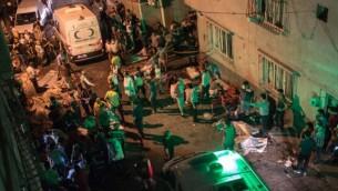 سيارات الإسعاف تصل إلى موقع الإنفجار في 20 أغسطس، 2016 في غازي عنتاب في أعقاب إعتداء وقع في حفل زفاف في جنوب شرق تركيا. (AFP/ AHMED DEEB)