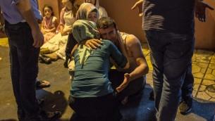 أقارب الضحايا أمام باب مستشفى في 20 أغسطس، 2016 في غازي عنتاب في أعقاب إعتداء على حفل زفاف في جنوب شرق تركيا.  ( AFP PHOTO / AHMED DEEB)