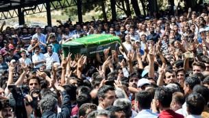 تشييع جثمان احد ضحايا هجوم انتحاري خلال حفل زفاف في غازي عنتاب، على الحدود التركية السورية، 21 اغسطس 2016 (AFP/ILYAS AKENGIN)