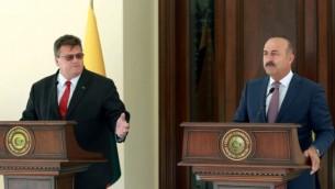وزير الخارجية التركية  مولود جاويش أوغلو (من اليمين) ونظيره الليتواني، ليناس لينكافيتشيوس (من اليسار)، خلال مؤتمر صحفي مشترك في أعقاب اجتماعهما في مقر وزارة الخارجية في انقرة، 22 أغسطس، 2016. (AFP PHOTO / ADEM ALTAN)