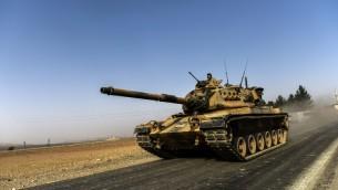 دبابة تركية تتجه نحو سوريا في بلدة كركميس التركية الحدودية، في منطقة غازي عنتاب الجنوبية، 24 اغسطس 2016 (AFP/BULENT KILIC)