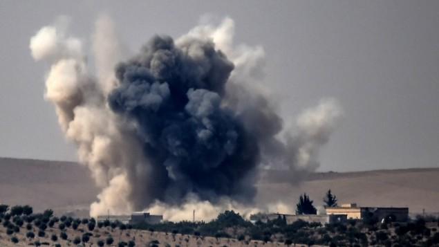 الدخان يتصاعد بعد غارات جوية تركية في بلدة جرابلس على الحدود التركية السورية خلال القتال ضد تنظيم الدولة الإسلامية، 24 اغسطس 2016 (AFP/BULENT KILIC)