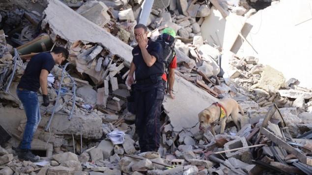 عاملي اغاثة ورجال اطفاء يتفحصون الحطام في اماتريتشي، بعد ان هز زلزال بقوة 6,2 ايطاليا، 24 اغسطس 2016 (AFP PHOTO / FILIPPO MONTEFORTE)