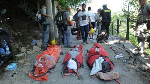 جثامين ضحايا امام طواقم الاغاثة في بلدة بسكارا ديل ترونتو في مركز ايطاليا، بعد ان هز زلزال بقوة 6,2 ايطاليا، 24 اغسطس 2016 (AFP PHOTO/MARCO ZEPPETELLA)