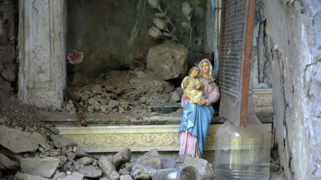 تمثال لمريم العذراء بين الحطام في بلدة بسكارا ديل ترونتو في مركز ايطاليا، بعد ان هز زلزال بقوة 6,2 ايطاليا، 24 اغسطس 2016 (AFP PHOTO/MARCO ZEPPETELLA)