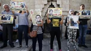 متظاهرون فلسطينيون يحملون ملصقاط خلال مظاهرة ضد السجن الاداري ودعما للاسير الفلسطيني بلال كايد في باب العامود عند مدخل القدس القديمة، 24 اغسطس 2016 (AFP PHOTO / AHMAD GHARABLI)