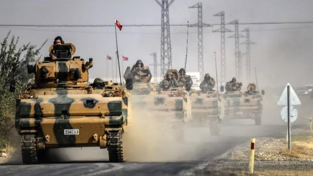 دبابات تركية متجهة نحو بلدة جرابلس على الحدود السورية التركية، 25 اغسطس 2016 (BULENT KILIC / AFP)