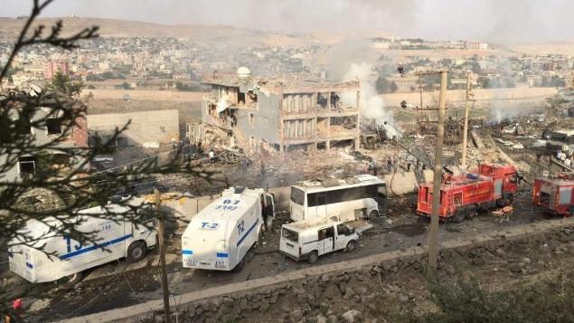 عناصر شرطة واطفاء تركية امام مقر شرطة دمر بانفجار بسيارة مفخخة في جيزري بجنوب شرق تركيا، 26 اغسطس 2016 (STR / DOGAN NEWS AGENCY / AFP)