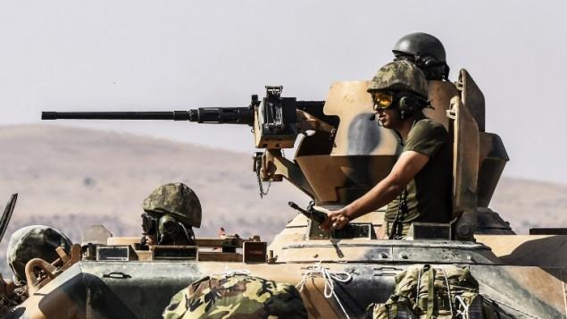 جنود اتراك في دبابة بطريقهم الى الحدود السورية في منطقة غازي عنتاب الجنوبية، 27 اغسطس 2016 (BULENT KILIC / AFP)