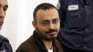 وحيد البرش، مهدس يعمل في 'برنامج الأمم المتحدة الإنمائي'، متهم باستغلال منصبه لمساعدة حركة حماس، خلال جلسة محكمته في مدينة بئر السبع، جنوب اسرائيل، 28 اغسطس 2016 (AHMAD GHARABLI / AFP)