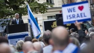 """السياسي الإسرائيلي يئير لبيد يخاطب الجماهير خلال مظاهرة """"استعادة الصهيونية"""" السنوية المناصرة لإسرائيل في ساحة راوول وولنبرغ في ستوكهولم، 28 اغسطس 2016 (AFP/Jonathan Nackstrand)"""