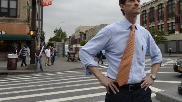 صورة من الأرشيف لعضو مجلس النواب الأمريكي السابق أنتوني وينر خلال لقائه بالناخبين والسكان في حي هارلم في مدينة نيويورك، 23 مايو، 2013. ( / AFP PHOTO / TIMOTHY CLARY)