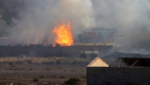 النيران والدخان يتصاعد من موقع انفجار في مخزن اسلحة في مدينة عدن اليمنية، 28 مارس 2015 (AFP/SALEH AL-OBEIDI)