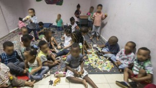 أطفال من عائلات لمهاجرين أفارقة في ما يُسمى بمركز رعاية نهاري في جنوب تل أبيب، 28 مايو، 2015. (Jack Guez/AFP)