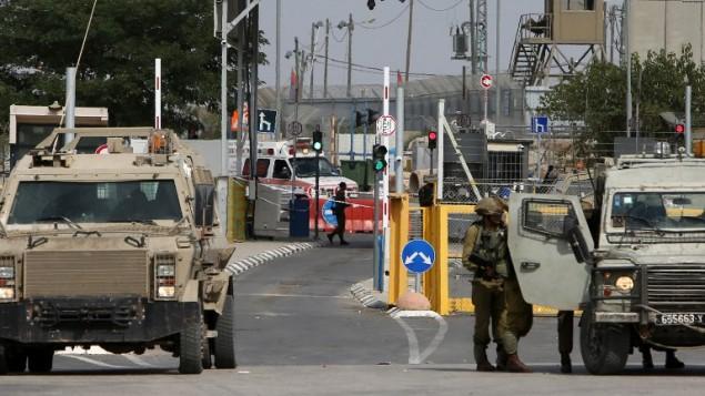 قوى الأمن الإسرائيلية في حاجز غلبواع/جلمة، الذي يقع شمال مدينة جنين بالضفة الغربية، 24 أكتوبر، 2015. (Jaafar Ashtiyeh/AFP)