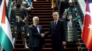 الرئيس التركي رجب طيب اردوغان ورئيس السلطة الفلسطينية محمود عباس يتصافحان في القصر الرئاسي في انقرة، 12 يناير 2015 (AFP/ADEM ALTAN)