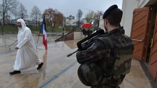 جندي فرنس يقف حارسا أمام المسجد الكبير في ستراسبورغ، شرقي فرنسا، خلال صلاة الجمعة في 20 نوفمبر، 2015. احتشد المسلمون في الجامع لإحياء ذكرى ضحايا إعتداءات 13 نوفمبر.  (AFP/Partrick Hertzog)