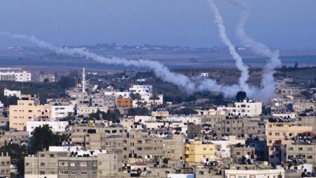 سحاب دخان خلفها صواريخ فلسطينية تم اطلاقها من شمال مدينة غزة، 21 اغسطس 2014 (AFP/ROBERTO SCHMIDT)