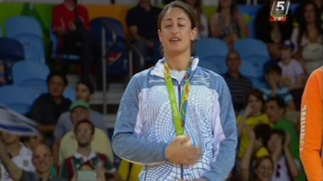لاعبة الجودو الإسرائيلية ياردين جربي تمسك ميداليتها البرونزية خلال حفل توزيع الجوائز في الالعاب الاولمبية في ريو، 9 اغسطس 2016 (screen capture: Channel 55)