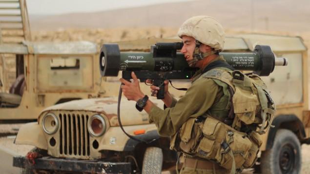 """صورة توضيحية. جندي اسرائيلي يطلق سلاح """"متادور"""" النقال خلال تدريب في قاعدة عسكرية في جنوب اسرائيل، 4 ديسمبر 2012 (Zev Marmorstein/IDF Spokesperson's Unit/Flickr)"""