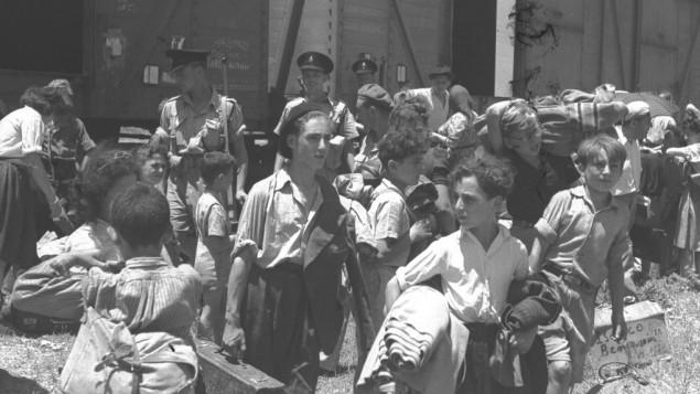 أطفال تم إنقاذهم من معسكرات الإعتقال النازية في أوروبا يصلون إلى معكسر الإحتجاز في عتليت بالقرب من حيفا في عام 1945. (GPO)
