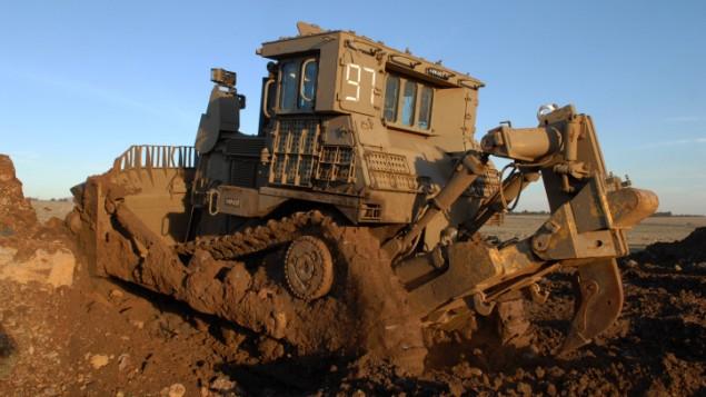 جرافة عسكرية من طراز D9، التي تصنعها شركة كاتربلر (Hamad Almakt/Flash90)