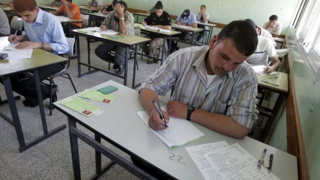 طلاب خلال الإمتحانات النهائية في رفح، جنوبي قطاع غزة، في شهر يونيو، 2009. (Abed Rahim Khatib/Flash90)