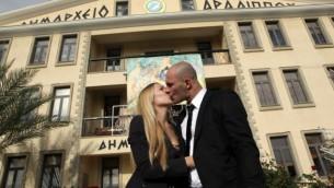زوجان إسرائيليان بعد زواج مدني في قبرص. (Yossi Zamir/Flash90)
