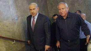 رئيس الوزراء بينيامين نتنياهو وعضو الكنيست عن 'الليكود' آفي ديختر (من اليمين)، الرئيس السابق لجهاز الشاباك (Miriam Alster/FLASH90)