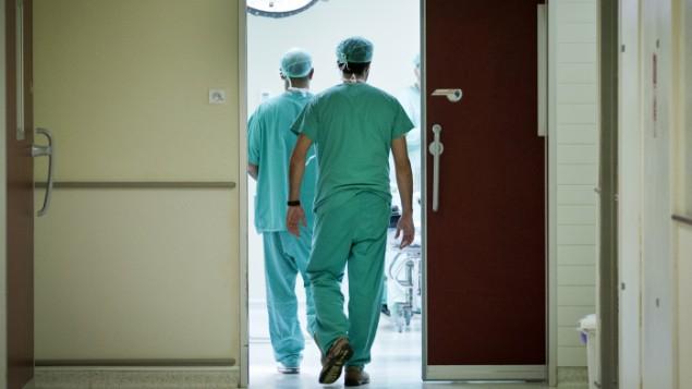 صورة توضيحية لأطباء في طريقهم إلى غرفة الطوارئ، 31 أكتوبر، 2012. (Moshe Shai/FLASH90)