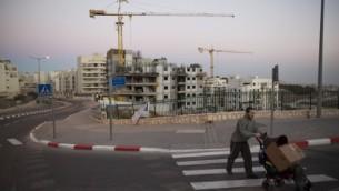 صورة توضيحية: بناء وحدات سكنية في القدس، 27 أكتوبر، 2013. (Yonatan Sindel/Flash90)