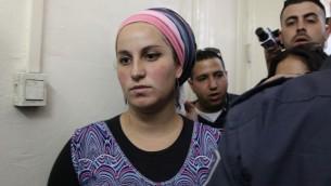 """اليراز فاين (22 عاما) من مستوطنة يتسهار في الضفة الغربية، بطريقها الى المحكمة للاشتباه ب""""التحريض على العنف ضد الجنود، 7 مايو 2014 (Meital Cohen/Flash90)"""