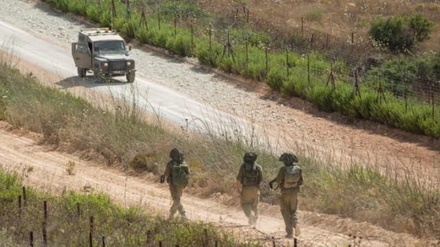 مركبات عسكرية إسرائيلية تقوم بدوريات على طول الحدود الشمالية الإسرائيلية مع لبنان في 14 يوليو، 2014. (Ayal Margolin/Flash90)