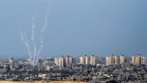 صورة مأخوذة من الجانب الإسرائيلي للحدود الإسرائيلية مع غزة تظهر صواريهخ يتم إطلاقها من قبل مسلحين فلسطينيين من القطاع إلى داخل إسرائيل، 20 أغسطس، 2016. (Albert Sadikov/Flash90)