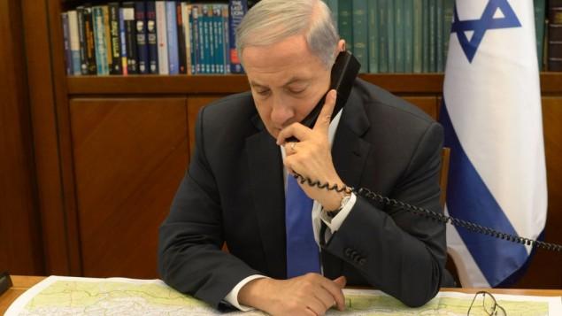صورة توضيحية لرئيس الوزراء بنيامين نتنياهو يتحدث عبر الهاتف في مكتب رئيس الوزراء في القدس، 28 ابريل 2014 (Amos Ben Gershon/GPO)