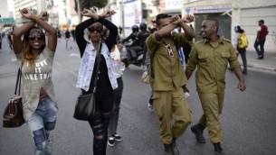 آلاف الإثيوبيين الإسرائيليين يتظاهرون في شارع 'أيالون' السريع في تل أبيب احتجاجا على العنف والعنصرية ضد الإسرائيليين من أصول إثيوبية، 3 مايو، 2015. (Tomer Neuberg/FLASH90)