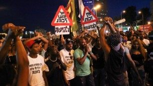 إثيوبيون-إسرائيليون يحتجون على وحشية الشرطة وسوء المعاملة في المجتمع الإسرائيلي في تل أبيب، 3 يونيو، 2015. (Flash90)