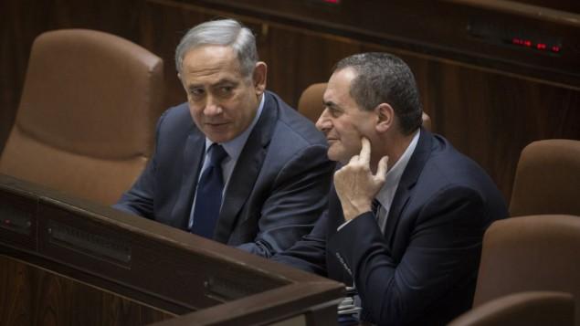 من الأرشيف: رئيس الوزراء بينيامين نتنياهو يتحدث مع وزير المواصلات يسرائيل كاتس خلال جلسة عامة في الكنيست، 8 فبراير، 2016. (Hadas Parush/Flash90)