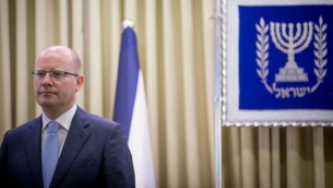 رئيس الوزراء التشيكي بوهوسلاف سوبوتكا يصل للقاء مع الرئيس الإسرائيلي رؤوفن ريفلين في منزل الرئيس في القدس، 22 مايو 2014  (Yonatan Sindel/Flash90)