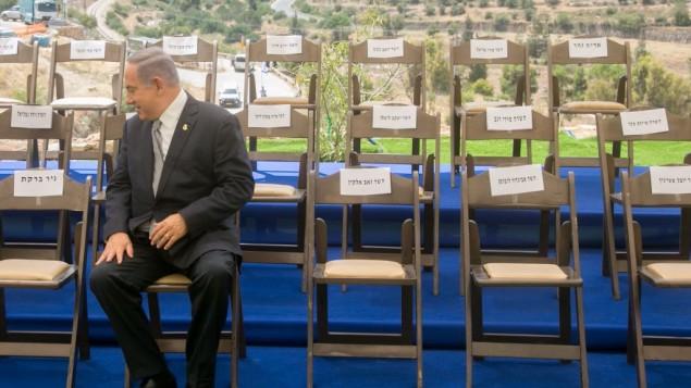 رئيس الوزراء بينيامين نتنياهو في انتظار وزراء الحكومة للانضمام إلىيه قبل جلسة خاصة للكنيست بمناسبة 'يوم القدس' في القدس، 2 يونيو، 2016. (Marc Israel Sellem/Pool)