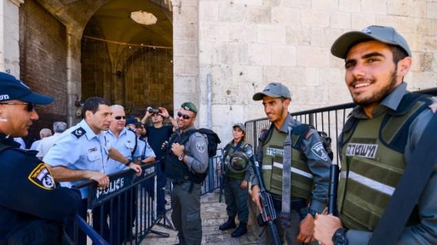 الشرطة في القدس القديمة خلال ثاني صلاة جمعة في شهر رمضان، 17 يونيو 2016 (Mendy Hechtman/Flash90)