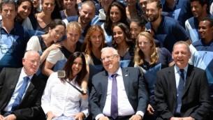 رئيس الدولة رؤوفين ريفلين يستضيف الوفد الإسرائيلي إلى أولمبياد ريو 2016، في بيت رئيس الدولة في القدس، 13 يوليو، 2016. (Mark Neyman/GPO)